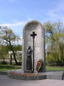 Monument_to_Great_Patrotic_War_military_medics_%28Kislovodsk%29