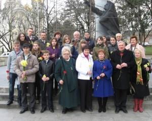 Участники молодежных краеведческих чтений у памятника Журавли в Кисловодске_