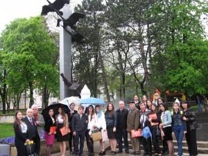 Участники конференции у памятника Журавли_